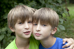 Twee glimlachende tweelingbroers Royalty-vrije Stock Foto