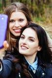 Twee glimlachende vrienden die selfie nemen Royalty-vrije Stock Fotografie