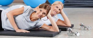 Twee glimlachende vrouwen in geschiktheidscentrum Royalty-vrije Stock Foto's