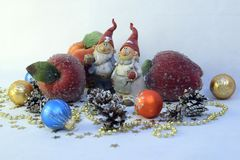 Twee gnomen, appelen en ballen Stock Foto
