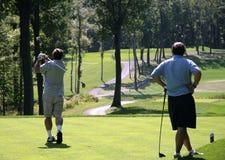 Twee golfspelers op golf couse Royalty-vrije Stock Afbeeldingen