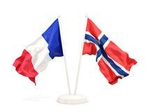 Twee golvende vlaggen van Frankrijk en Noorwegen dat op wit wordt geïsoleerd stock illustratie