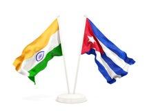 Twee golvende vlaggen van India en Cuba dat op wit wordt geïsoleerd stock illustratie