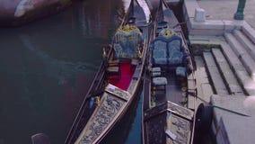 Twee gondelsvlotter van Venetië op water stock footage