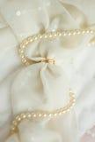 Twee gouden bruiloftringen op bruidssluier Royalty-vrije Stock Foto's