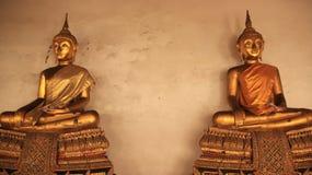 Twee Gouden Buddhas Beeld op Vergulde Gipspleisterbank Royalty-vrije Stock Fotografie