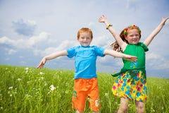 Twee gouden-haired kinderen playin het gebied stock afbeeldingen