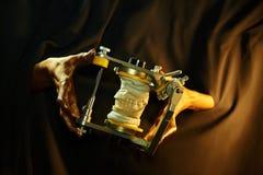 Twee gouden handen met een tandinstrument op een zwarte achtergrond royalty-vrije stock foto