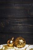 Twee gouden Kerstmisballen op zwarte achtergrond Royalty-vrije Stock Fotografie