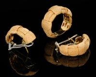 Twee gouden oorringen en ring Royalty-vrije Stock Afbeelding