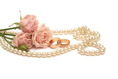 Twee gouden ringen, parels en bloemen Stock Afbeeldingen
