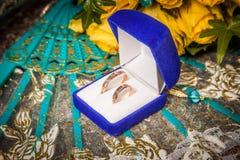 Twee gouden trouwringen Royalty-vrije Stock Foto's