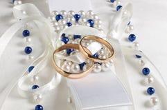 Twee gouden trouwringen op het kussen sluiten omhoog Royalty-vrije Stock Afbeeldingen