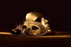 Twee gouden Venetiaanse maskers Stock Fotografie