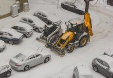 Twee graafwerktuigen die sneeuw schoonmaken Stock Foto's