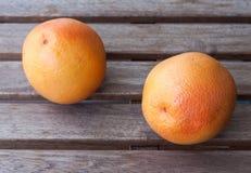 Twee grapefruits op een houten lijst Royalty-vrije Stock Fotografie