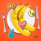 Twee grappige bananen met emojigezichten in liefde emoticon, concept voor Valentijnskaartendag Royalty-vrije Stock Foto