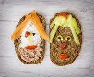 Twee grappige die gezichten van smakelijk brood, creatief voedsel worden gemaakt Royalty-vrije Stock Afbeelding