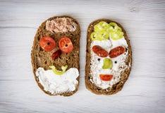 Twee grappige die gezichten van smakelijk brood, humoristisch creatief voedsel worden gemaakt royalty-vrije stock afbeelding