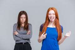 Twee grappige en gedeprimeerde jonge vrouwen Stock Fotografie