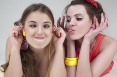 Twee grappige meisjesvrienden. Royalty-vrije Stock Foto's