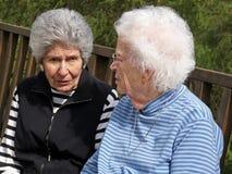Twee grijs-haired vrouwen stock foto's