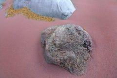 Twee grijze rotsen in het roodachtige zand Royalty-vrije Stock Foto's