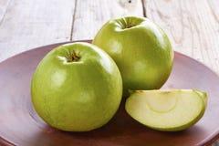 Twee groene appelen op rustieke ceramische plaat Stock Foto
