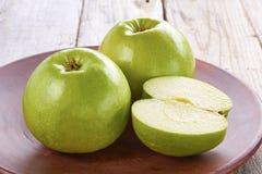 Twee groene appelen op rustieke ceramische plaat Royalty-vrije Stock Foto's