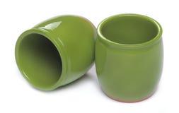 Twee groene ceramische kruiken stock afbeeldingen