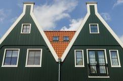 Twee groene huizen in Volendam Stock Foto