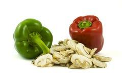 Twee groene paprika's en gesneden champignonpaddestoelen Royalty-vrije Stock Foto's