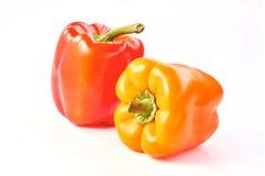 Twee groene paprika's op wit Royalty-vrije Stock Afbeelding