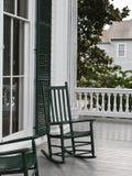 Twee groene schommelstoelen Stock Foto's