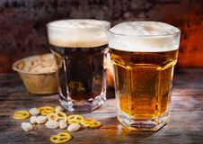 Twee grote glazen met vers gegoten donker en licht bier dichtbij sca Royalty-vrije Stock Afbeelding