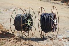 Twee grote kabelspoelen Stock Foto's