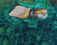 Twee grote keien puilen van het water uit Hoogste mening stock foto