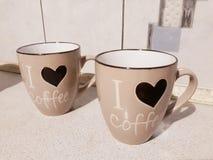Twee grote koppen voor koffie op de keukenlijst royalty-vrije stock foto