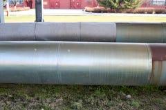 Twee grote pijpen in isolatie van tin op de olieraffinaderij, petrochemische, chemische installatieachtergrond stock foto