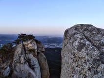 Twee grote rotsen in de piek van Koreaanse bergen stock afbeelding