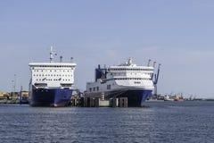 Twee grote schepen in haven Stock Foto's