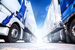 Twee grote vrachtwagens Royalty-vrije Stock Afbeeldingen