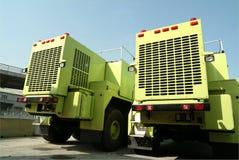 Twee grote vrachtwagens in haven royalty-vrije stock afbeeldingen