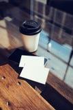 Twee haalt de Lege Witte Houten Lijst van het Adreskaartjemodel Koffiekop Coworking weg Modern het Bureauglas van het Telefoon Kl Royalty-vrije Stock Foto's
