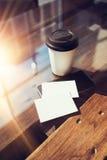 Twee haalt de Lege Witte Houten Lijst van het Adreskaartjemodel Koffiekop Coworking weg Modern het Bureauglas van het Telefoon Kl Stock Foto