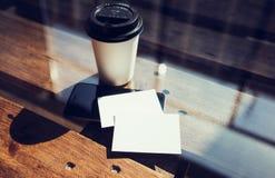 Twee haalt de Lege Witte Houten Lijst van het Adreskaartjemodel Koffiekop Coworking weg Modern het Bureauglas van het Telefoon Kl Royalty-vrije Stock Fotografie