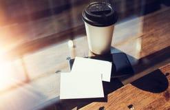 Twee haalt de Lege Witte Houten Lijst van het Adreskaartjemodel Koffiekop Coworking weg Modern het Bureauglas van het Telefoon Kl Stock Afbeelding
