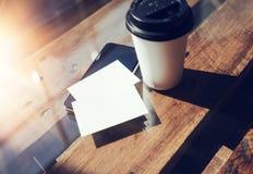 Twee haalt de Lege Witte Houten Lijst van het Adreskaartjemodel Koffiekop Coworking weg Modern het Bureauzonlicht van het Telefoo Royalty-vrije Stock Foto