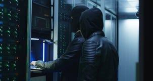 Twee hakkers die met een aanval op servers beginnen stock videobeelden