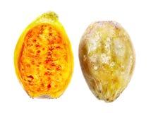 Twee halve stukken van cactusfruit op wit Royalty-vrije Stock Foto's